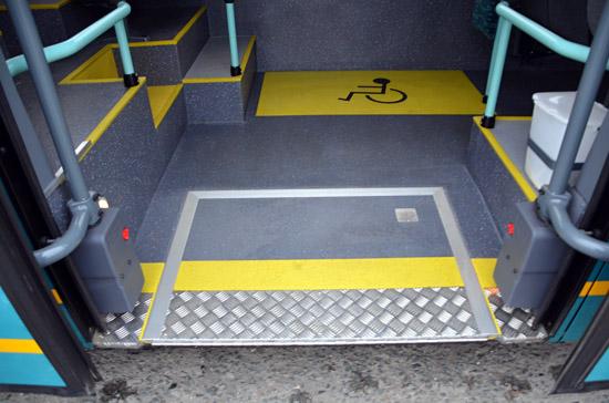 foto_9-castecne_nizkopodlazni_autobusy_maji_plosinu_pro_nastup_a_vystup_pohybove_handicapovanych